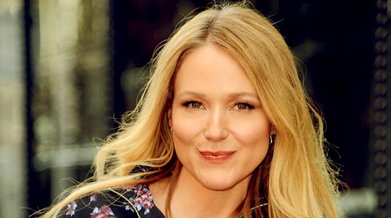Image of Jewel Kilcher Net Worth, Family, House and Wiki, Biography.