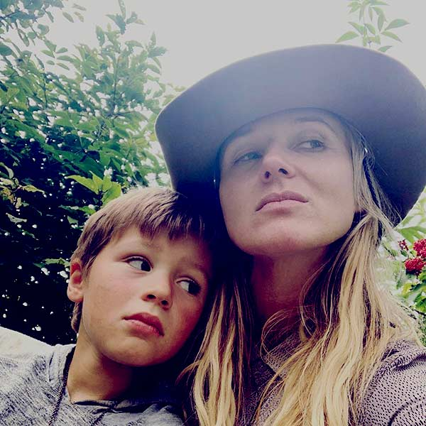 Image of Caption: Jewel Kilcher with her son Kase Townes Murray